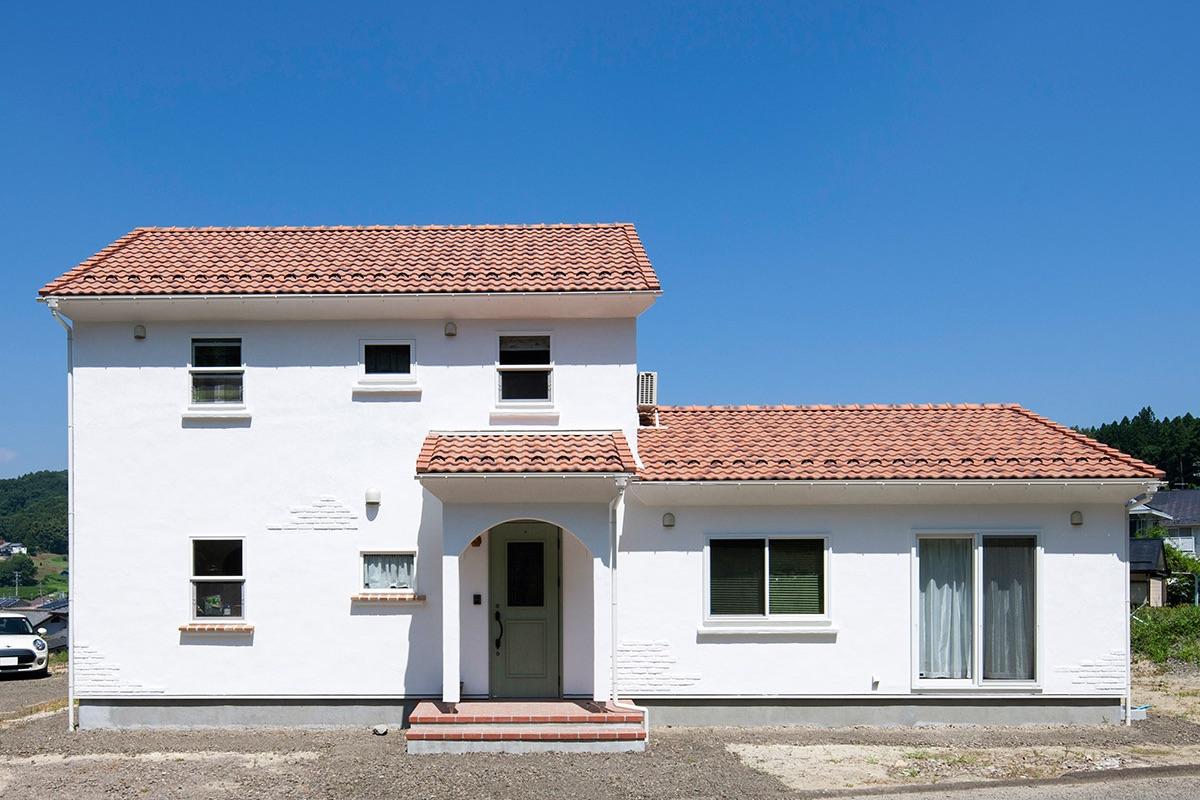 スイス漆喰の白と洋瓦の明るい色調で、南欧のような雰囲気のFさん宅。左側が共有+子世帯のスペースで、右側の独立した部分がお父さんのスペース