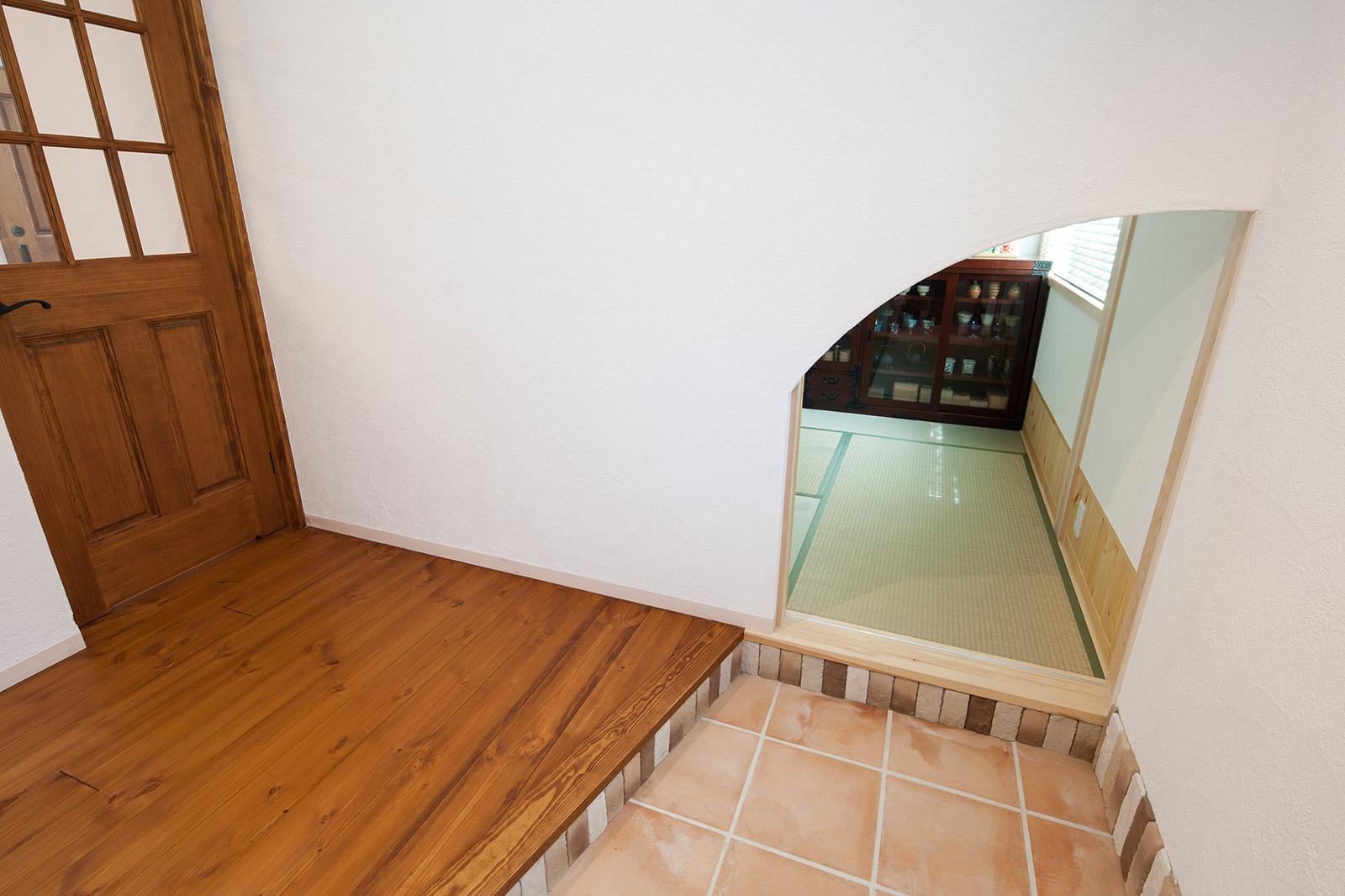 広々とした玄関ホール。右の小さな入り口は和室に続く。縁側感覚でお父さんがお友達と話したりすることも