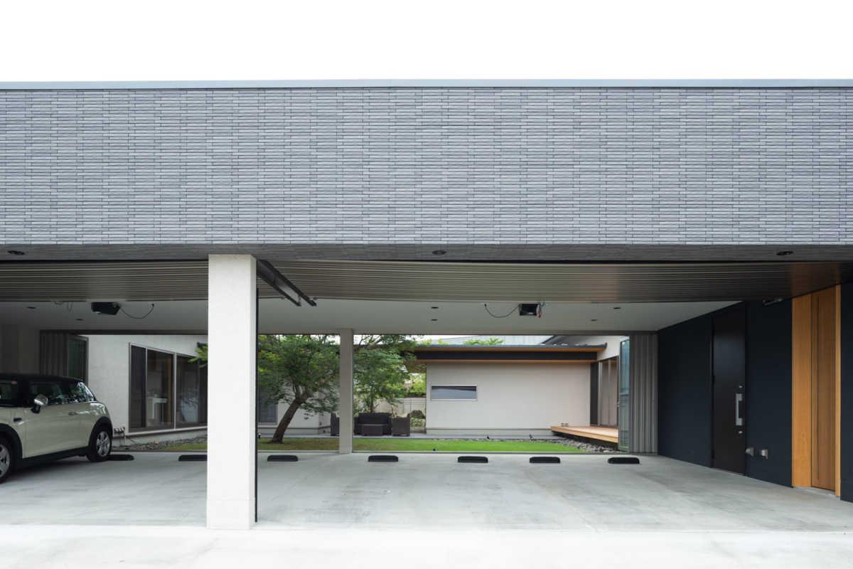 大きなビルドインガレージは各世帯2台ずつ計4台分のスペースを確保。背面には中庭が広がる
