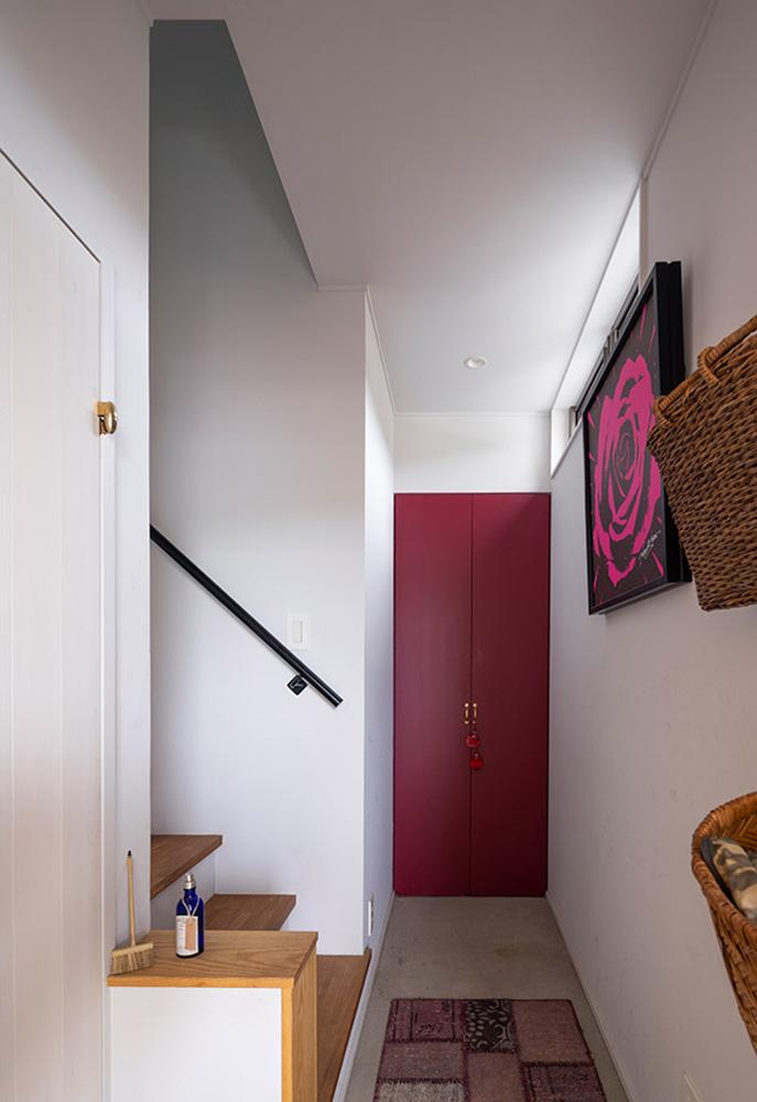 気分を上げるために赤色で仕上げた収納扉は、店舗併用住宅の家モードと仕事モードの切り替えスイッチに