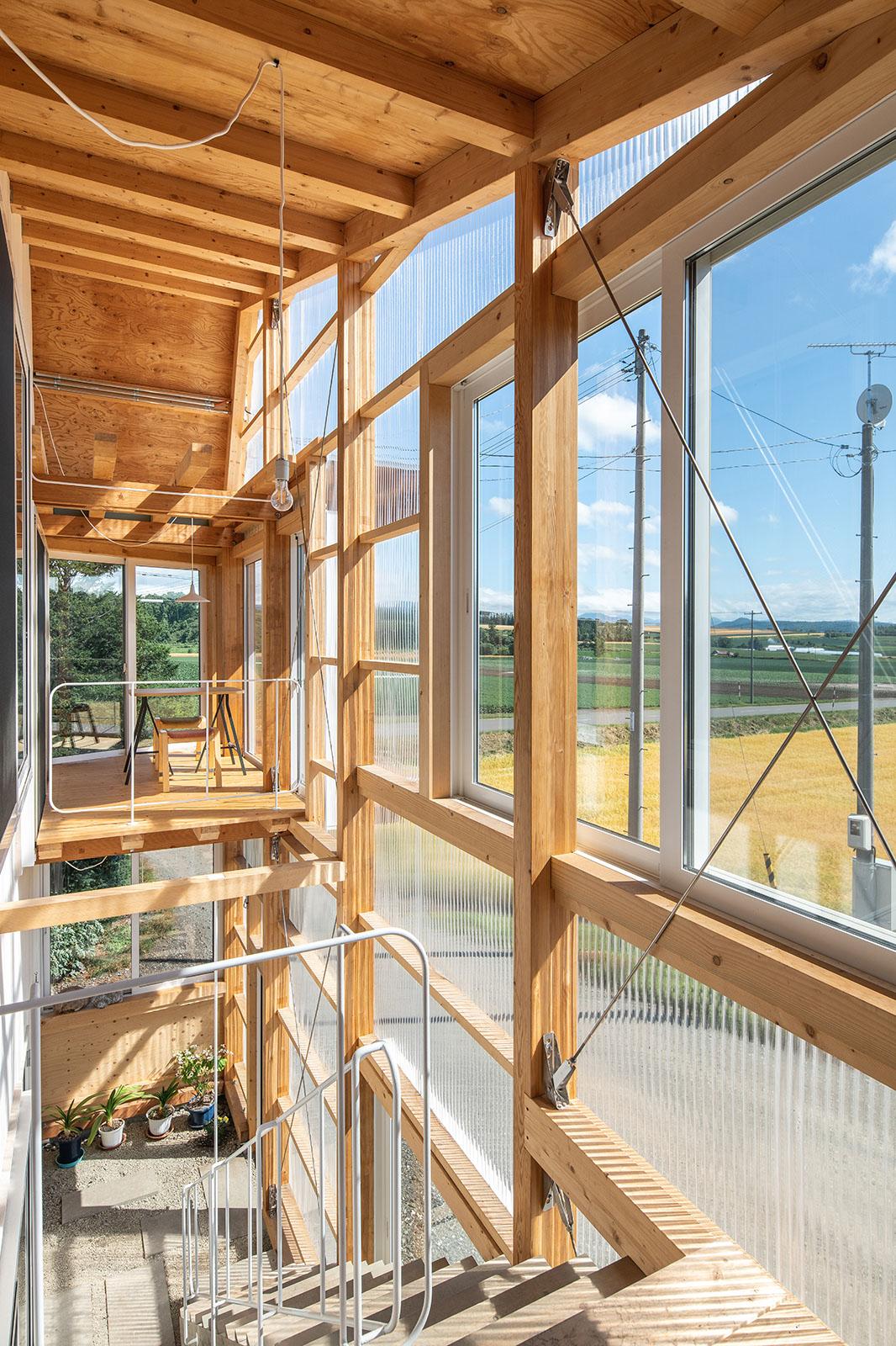 建物の南西面に増築された半屋外空間の外壁には、ポリカーボネートを採用。厳冬期でも良く晴れた日には、陽射しの効果で室温は20℃前後に保たれるという