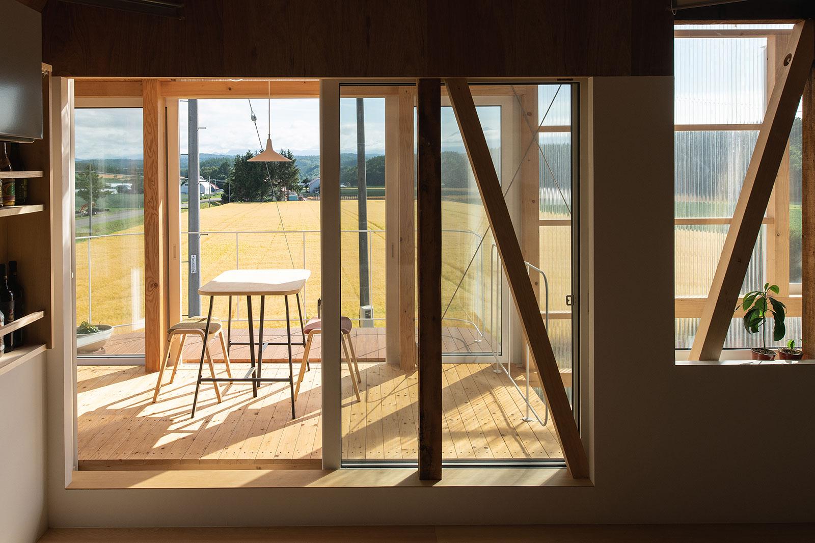 ダイニングの外には、半屋外テラスが。大窓の開閉で室内の温熱環境がコントロールできる。気候や天気が良い日は、朝食や晩酌を楽しむことも