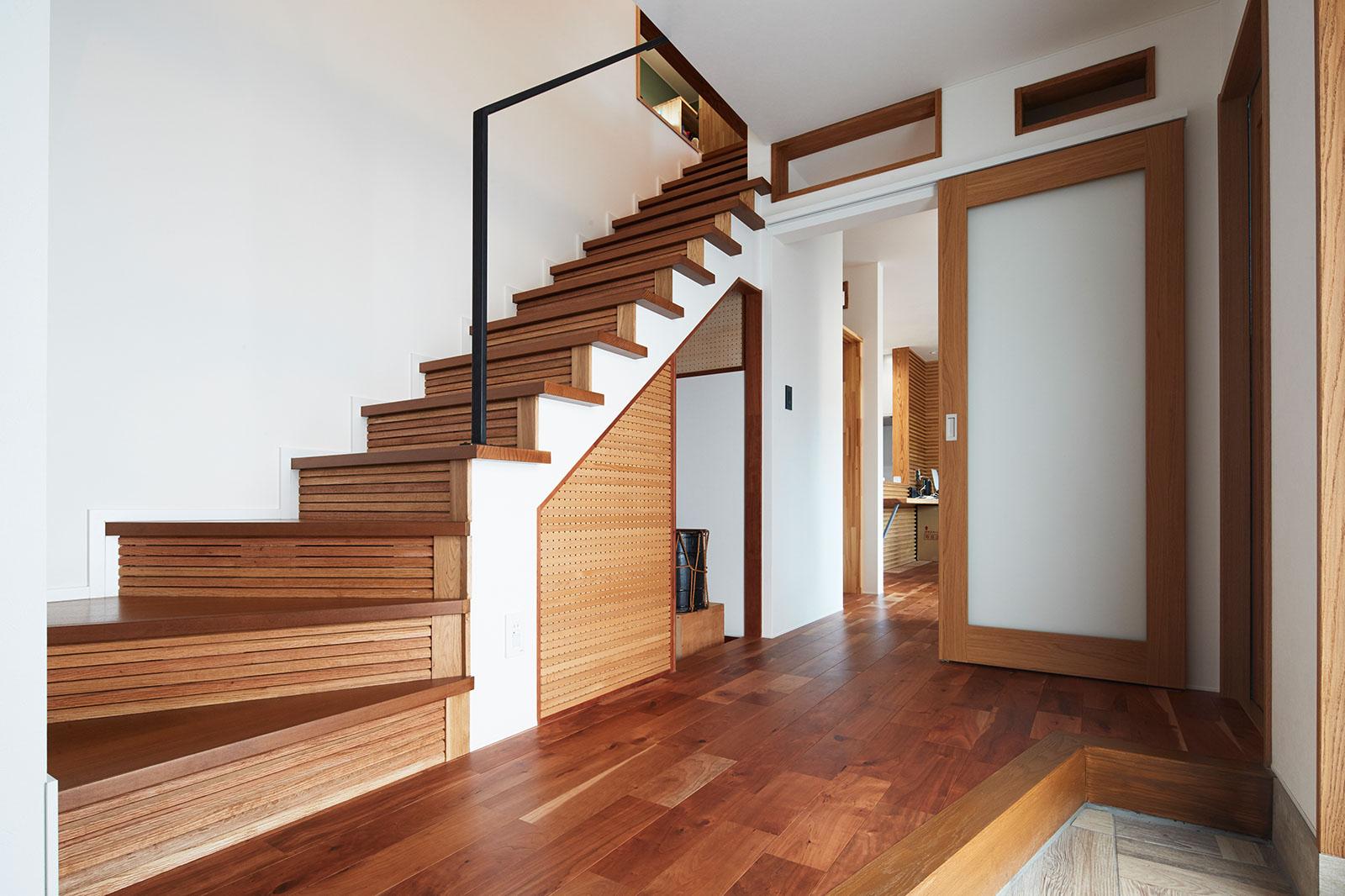 共用玄関からは階段を上がればHさん世帯、右手にはお母さんが暮らす居住空間がある