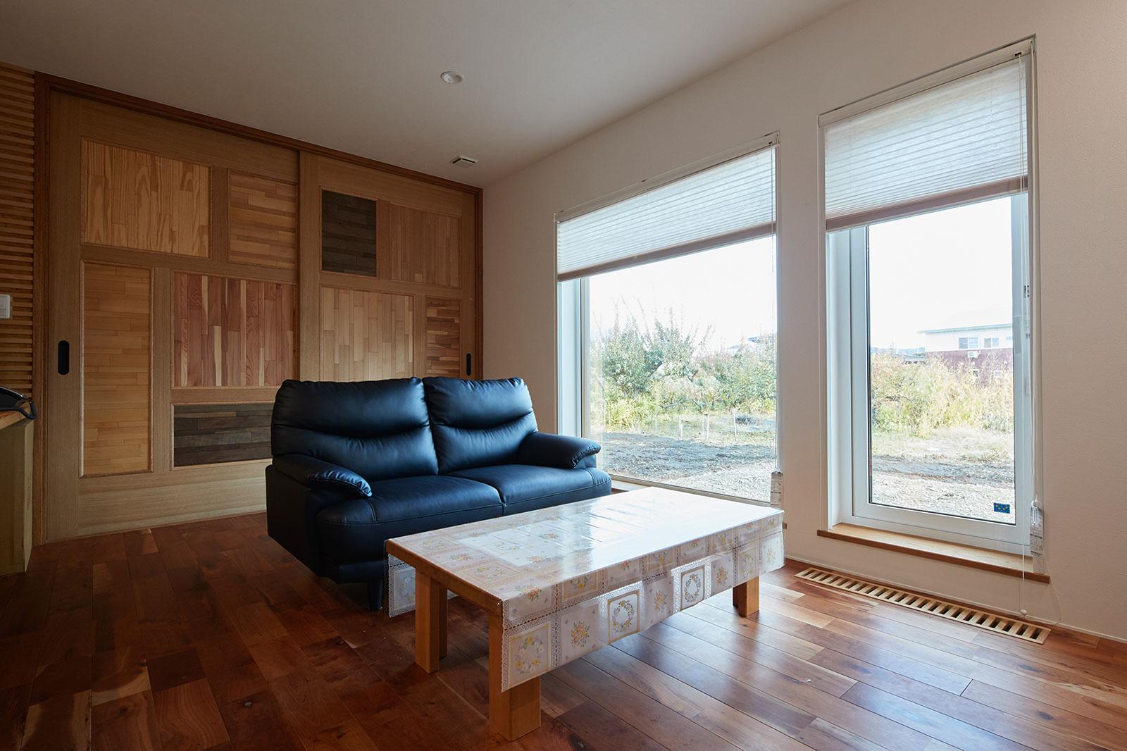 1階のコンパクトなリビング。5種類の県産材を使った建具の裏が寝室になっている