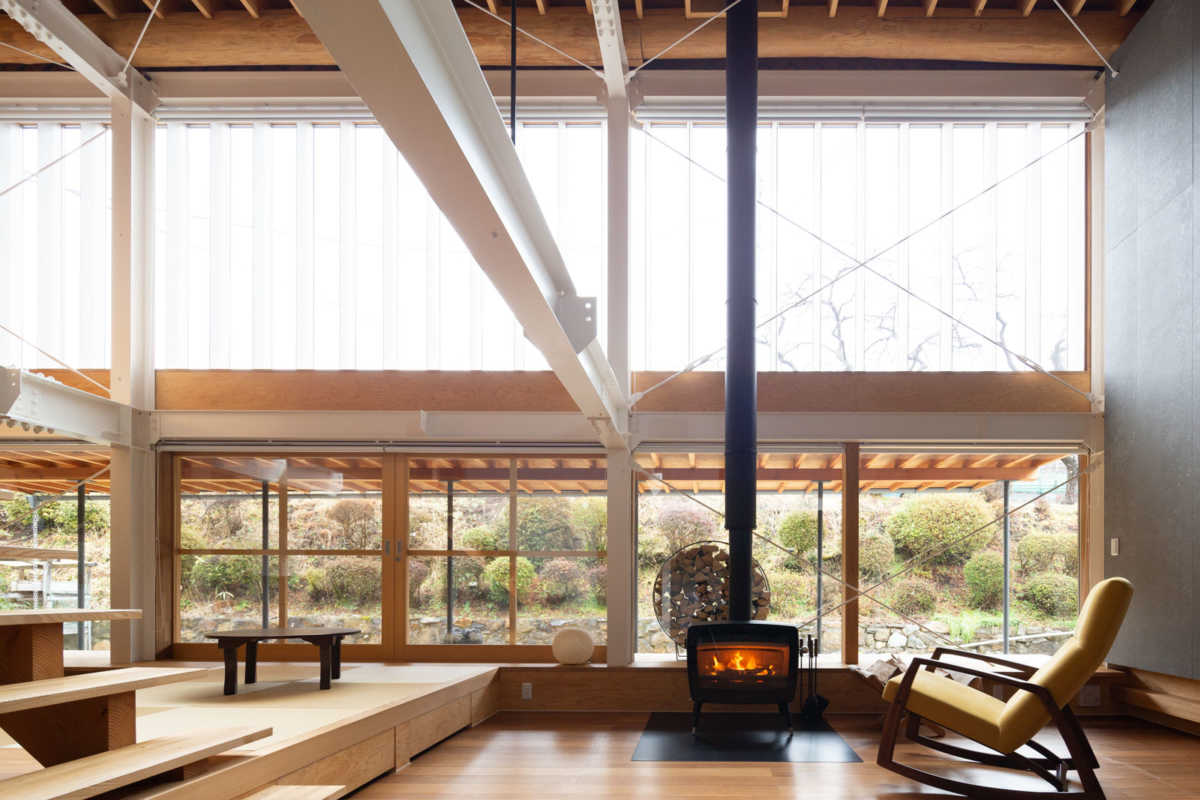全面開放できる掃き出し窓の向こうに広がる庭との一体感が気持ち良いリビング。リノベーション時には住まいの断熱性能にも配慮し、薪ストーブ1台のみで十分に暖房がまかなえている