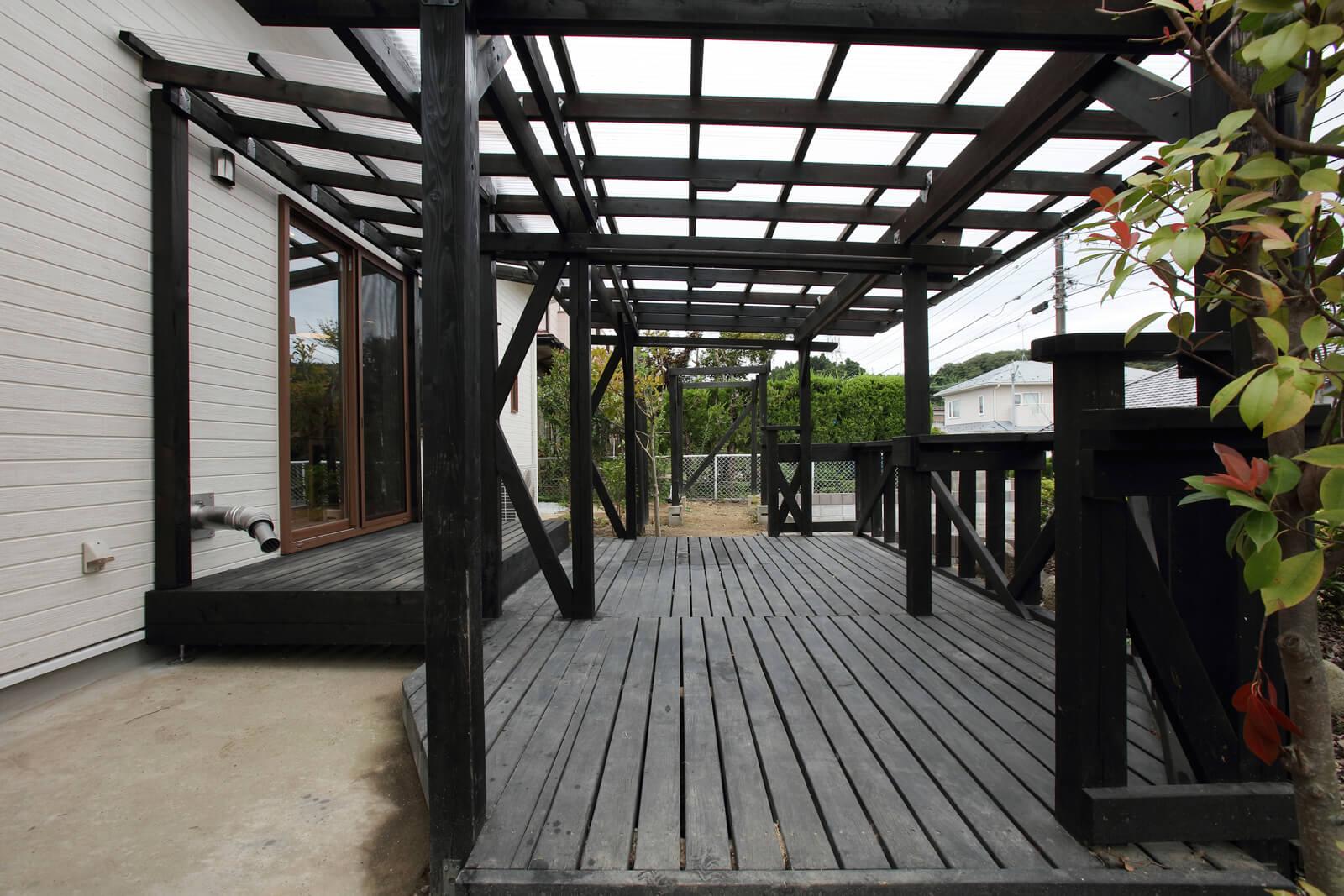 ウッドデッキは状態が良かったのでそのまま残した。藤棚だった木組みはブランコの支柱として活用