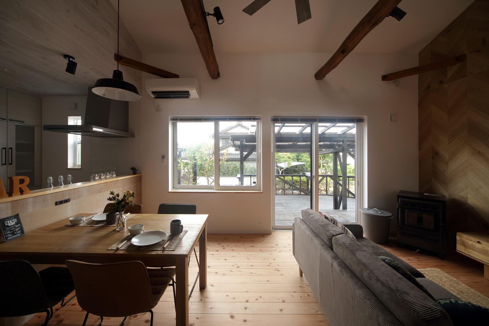 もとは2つの和室だった空間をつなげて大空間に。掃き出し窓の外には大きなウッドデッキがあり、アウトドアリビングのような使い方も可能