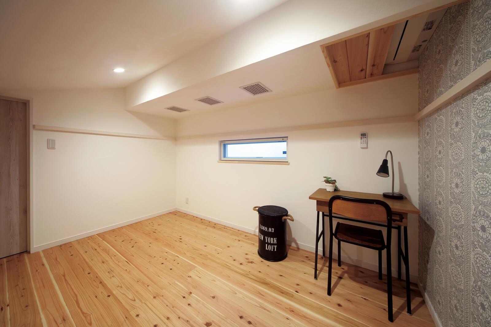 ロフト東側の洋室。天井に設けられたエアコンの冷風が、出っ張り部分に設けられたダクトスペースを通して各部屋に行き渡るため、オーバーヒートする心配はなし