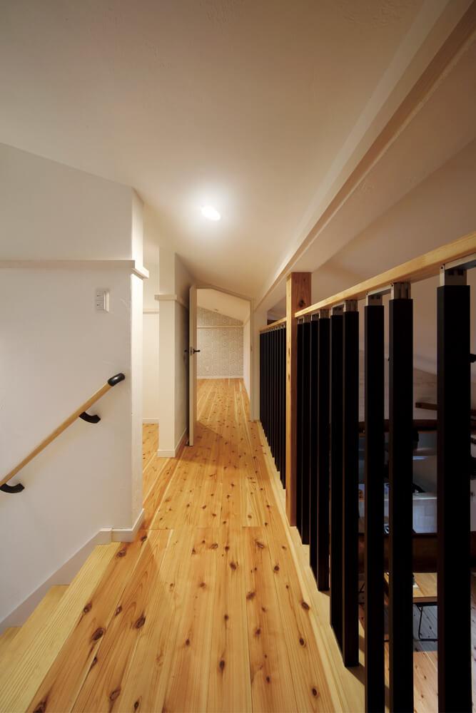 ロフトの廊下から東方向を見る。2つの洋室と納戸がレイアウトされたロフトは、コンパクトで使い勝手の良い空間