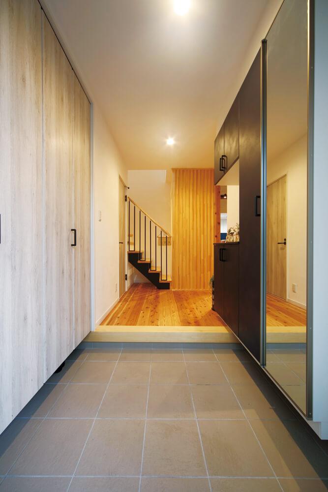 右手にシューズクローク、左手に土間物入れが設けられた玄関。全体的に収納豊富