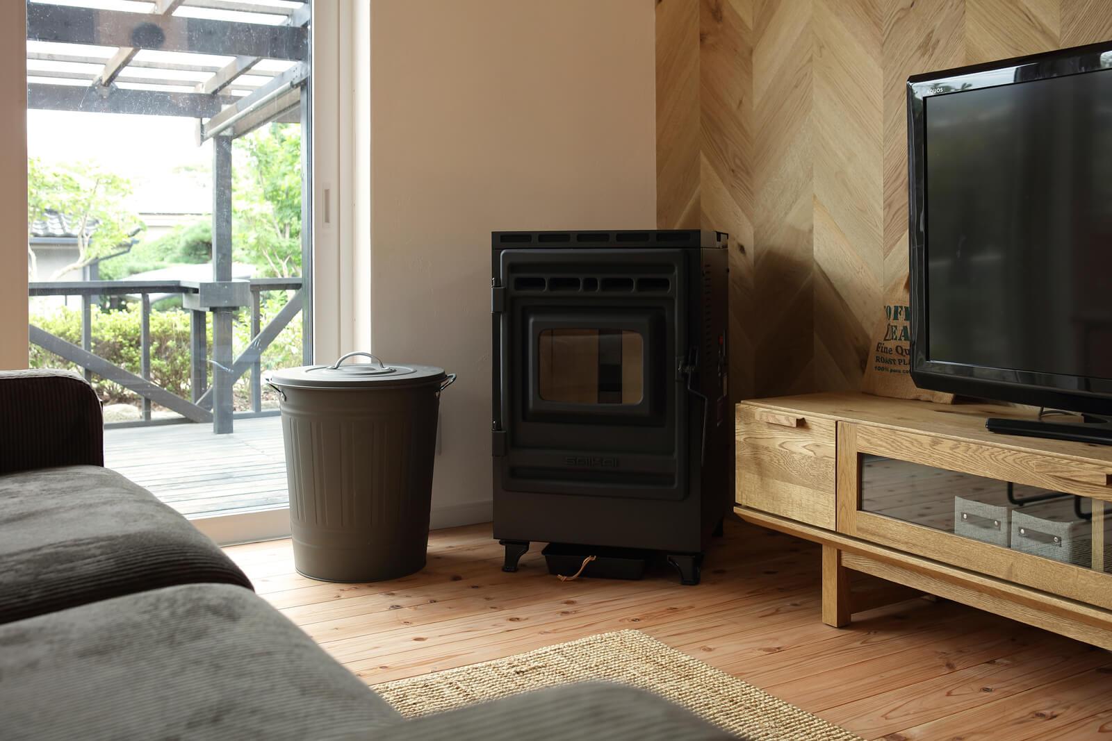 暖房には同社推奨のペレットストーブを導入。空気を汚すことなく、室内全体をじんわりと暖めてくれるので、身体にも優しい