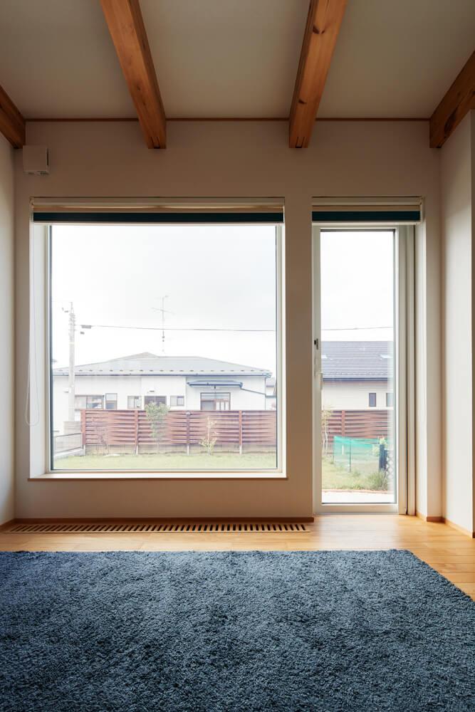 南面の大開口。全窓樹脂サッシ+トリプルガラスを採用し、断熱性を高めている。窓からはSさんが手入れした庭が見渡せる