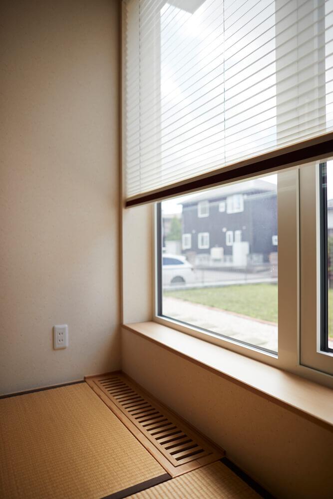 和室の窓際の床ガラリ。冬は各部屋に設けられたガラリを通して暖かい空気が室内へ届けられる。夏場は2階ホールからのエアコンの風が下りてきてとても涼しいそう