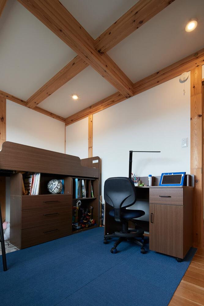きれいに整頓された息子さんの部屋。こちらも現しの梁や柱が温もりを添えている
