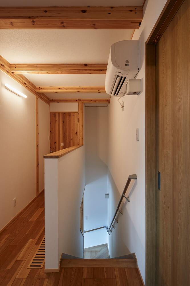 夏は2階ホールに設置されたエアコン1台のみで全館冷房。階段を通して冷気が1階へも行き渡る