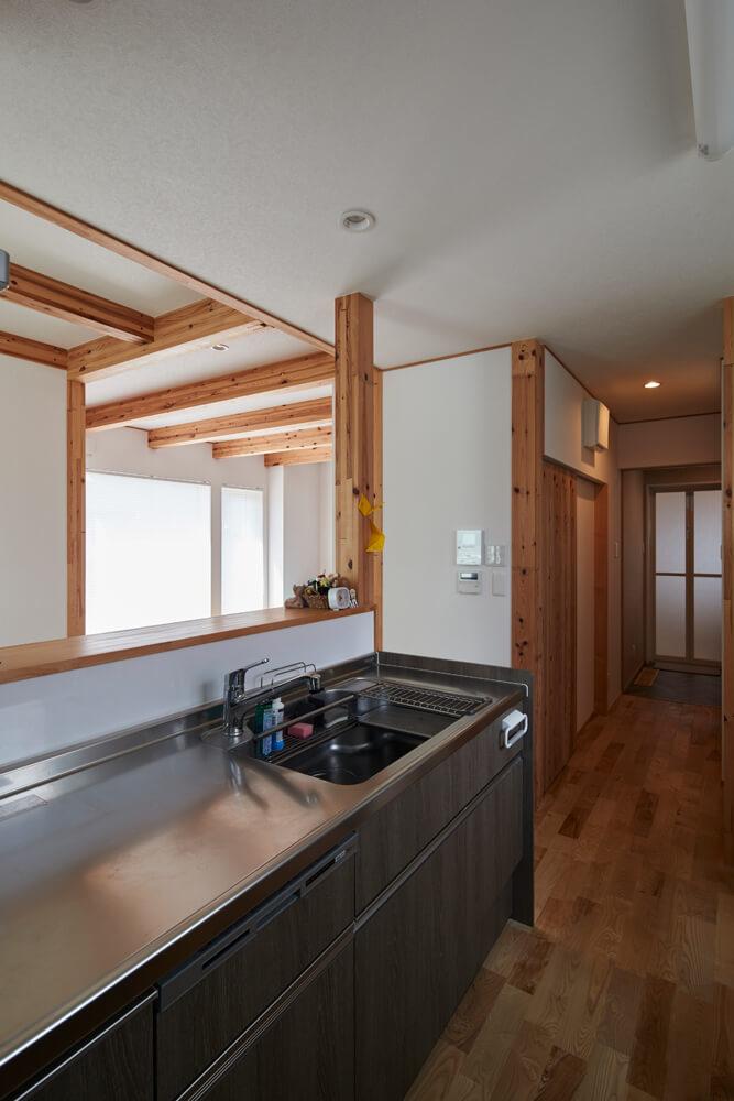 キッチンに隣接し、左右にパントリーとトイレ、奥にユーティリティ、浴室が続く機能的な家事動線