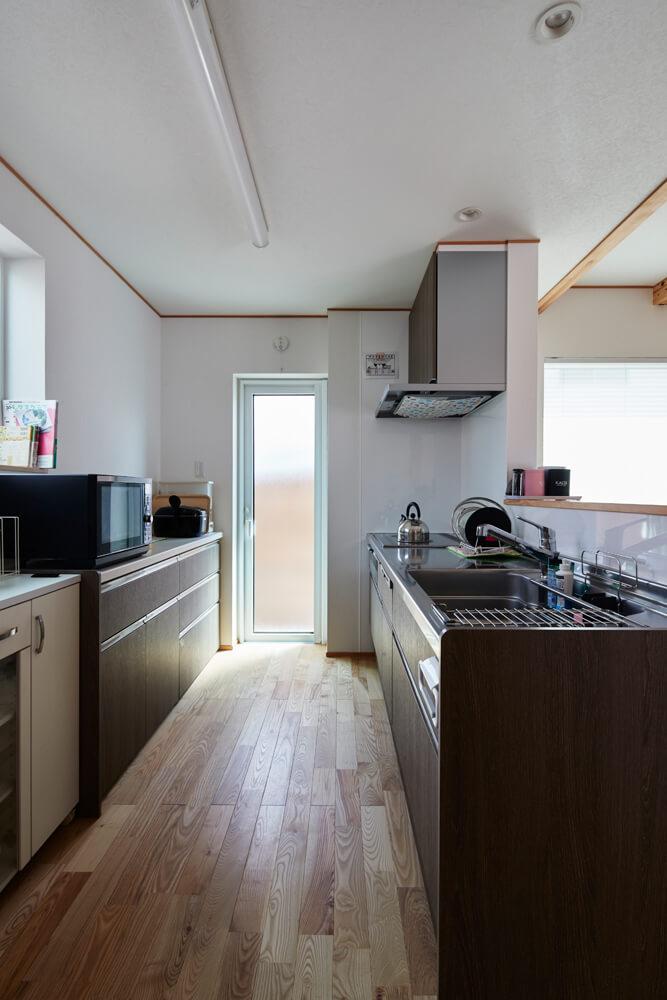 ペニンシュラ型のキッチン。対面式なので、家族の様子を感じながら料理ができるのが嬉しい