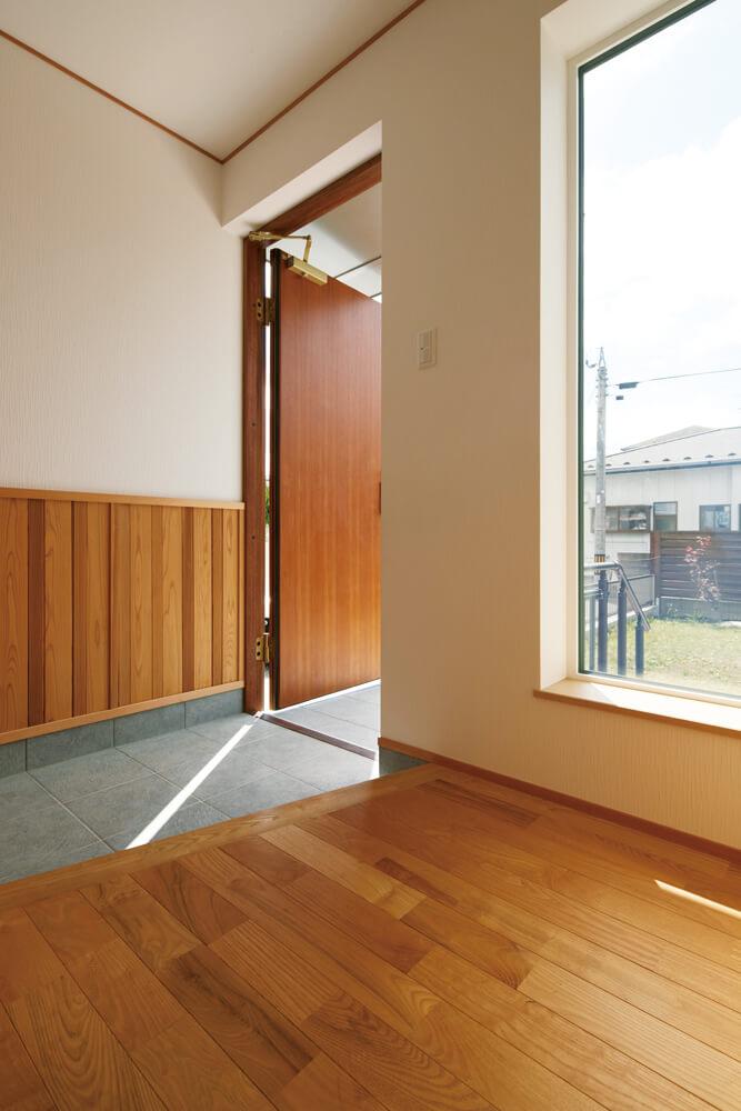 木製断熱ドアを開けると空気の流れが感じられ、気密性の高さがうかがえる。造作の腰壁は気分に合わせて取り外しが可能