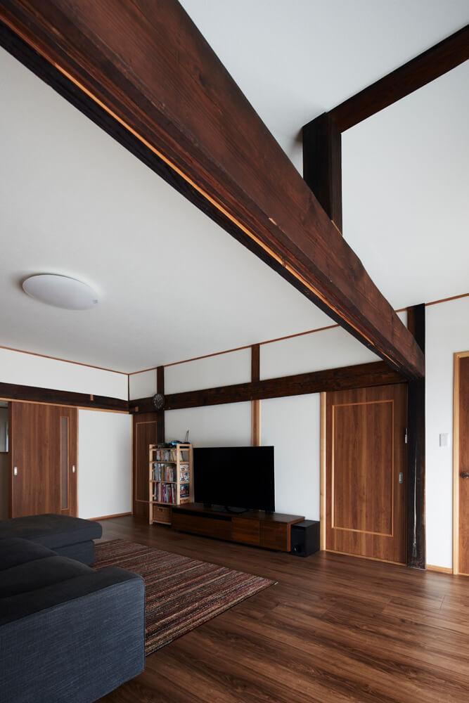広縁と和室を区切る建具が立て込まれていた鴨居。味のある色合いがリビング・ダイニングにマッチしている