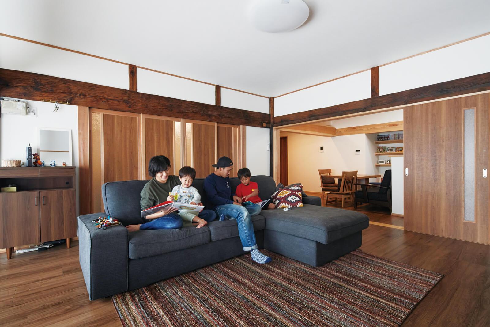 12.5帖の広いリビング・ダイニングは家族の憩いの場。左奥には和室、右奥にはキッチンがあり、それぞれ造作の建具で間仕切りしている