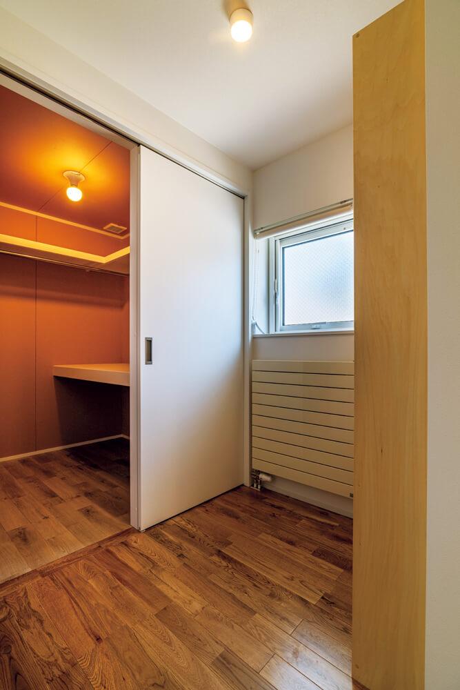 2階の廊下には大きな収納スペースや書棚などの共有部分を設けている