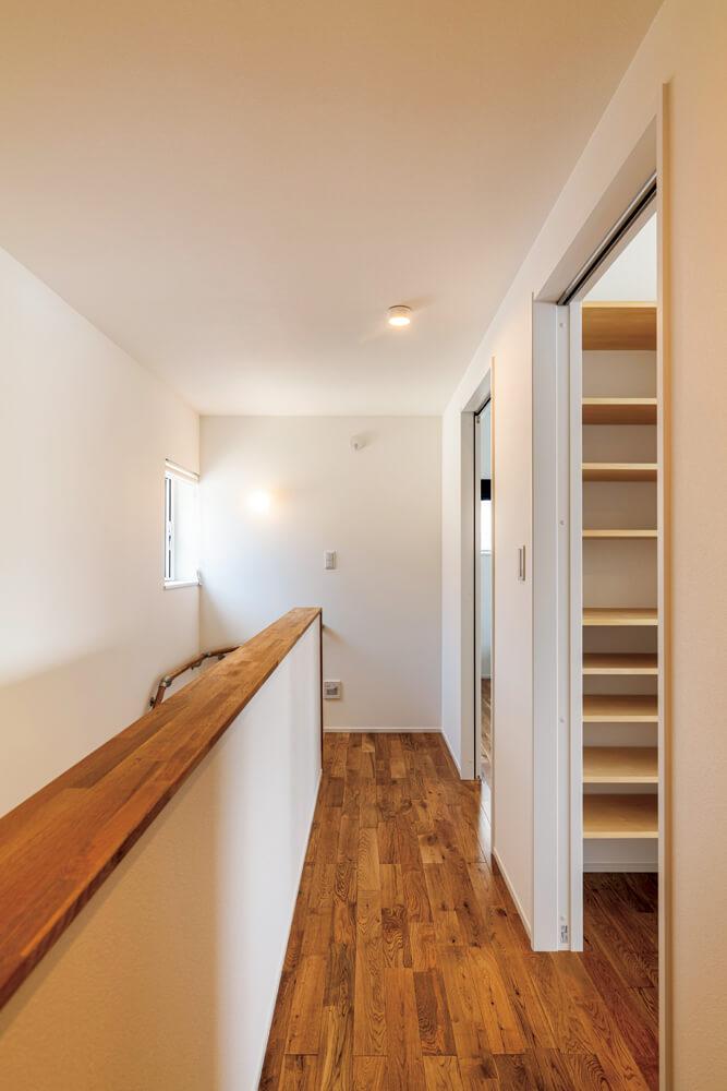床はナラの無垢フローリング、壁・天井は白いエコクロスで室内はすっきりした印象に