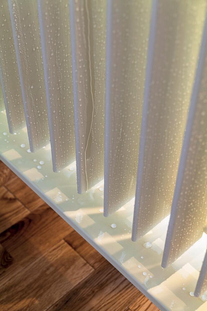 1階ダイニングには、除湿型放射冷暖房パネル「HR-C」を設置。夏には湿った空気がパネル表面に付着し、結露水となって排水される。自然除湿により湿度が下がり、梅雨時期もさらっとした快適な冷房空間となる