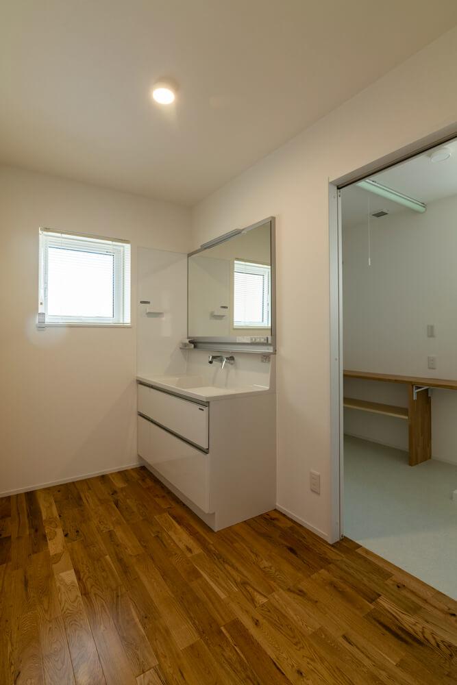 洗面所の奥には物干しも備えた脱衣ランドリースペース。一連の生活動線をストレスなく行うための工夫