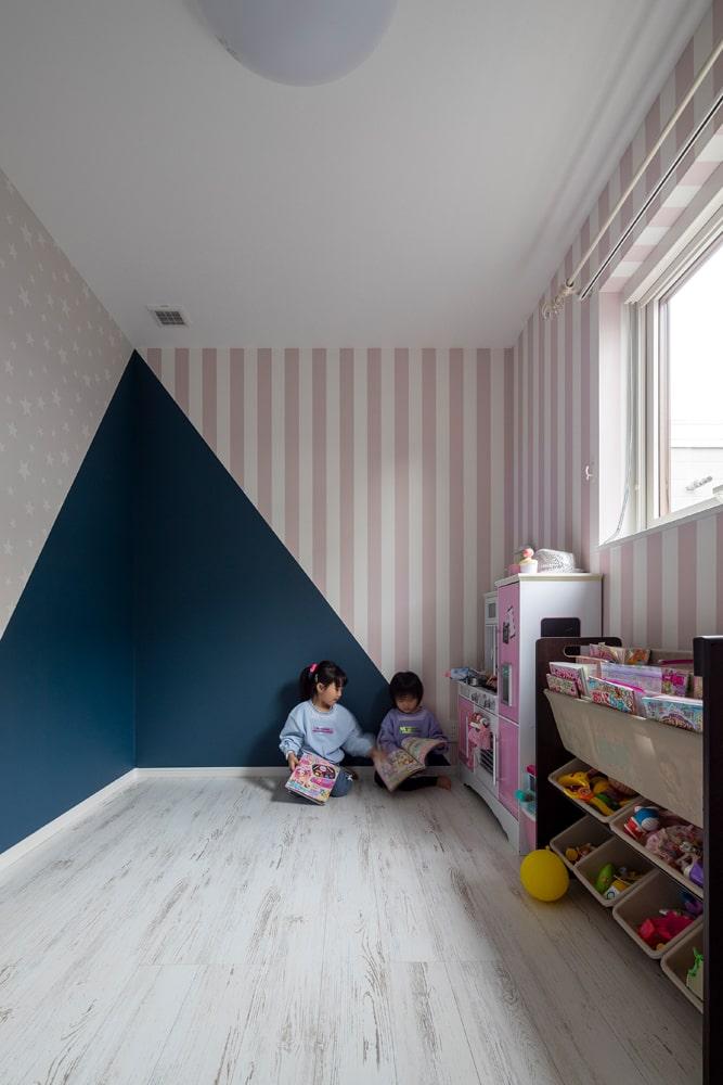 白を基調にしつつも大胆なクロスづかいが印象的な子ども部屋