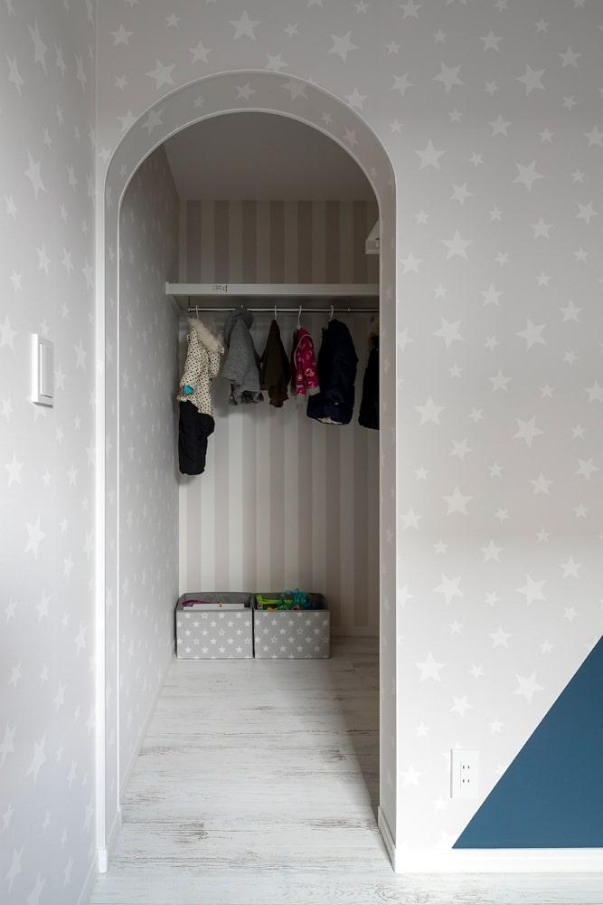 2つの子ども部屋は共有のクローゼットでつながっている。洋服の貸し借りなど姉妹だからこそできるお楽しみも