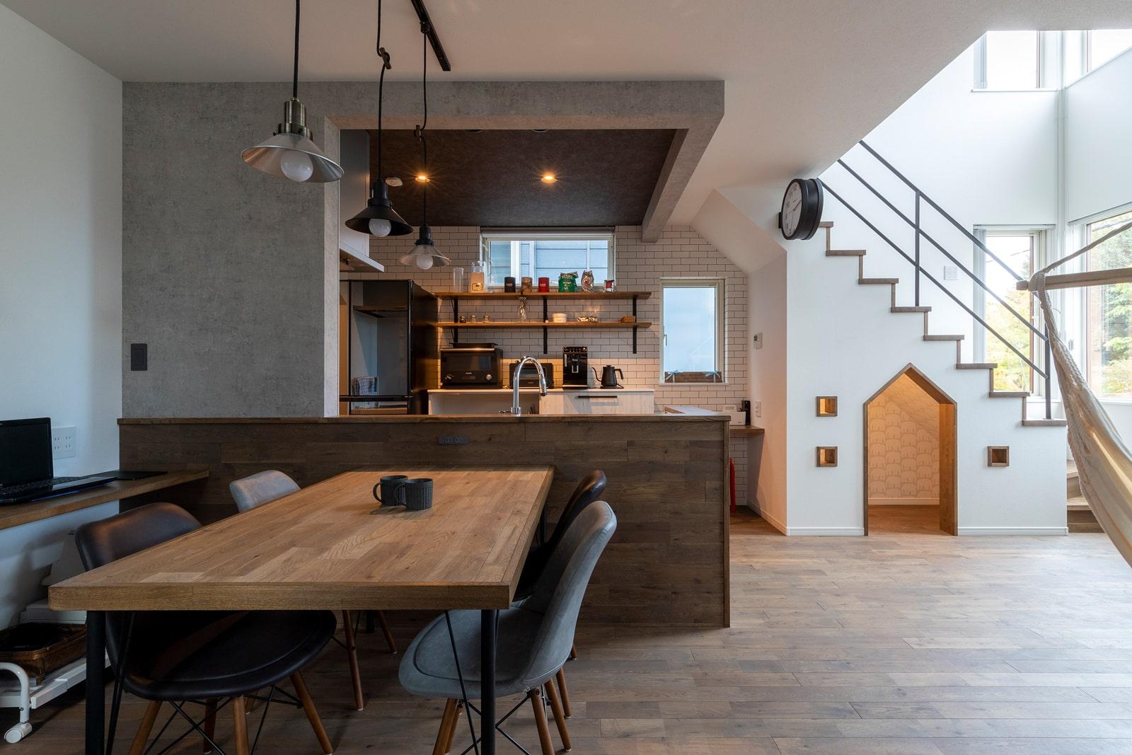 まるでカフェのような雰囲気のダイニングキッチンに、階段下の隠れ家スペースと遊び心とセンスが光るLDK