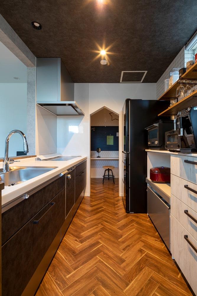 キッチンの奥にはパントリー兼ワークスペースを作り、左のドアからはユーティリティにつながる回遊動線