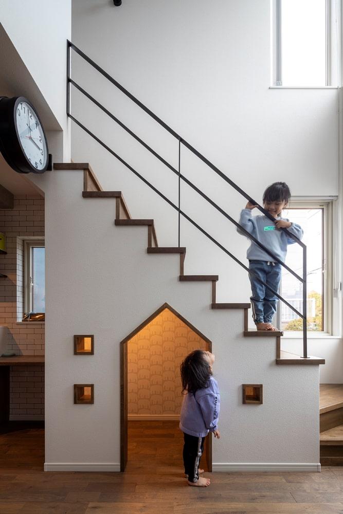 外国映画に出てくる秘密の部屋のような階段下の小部屋は、子どもたちが大好きな空間。この狭さが落ち着く