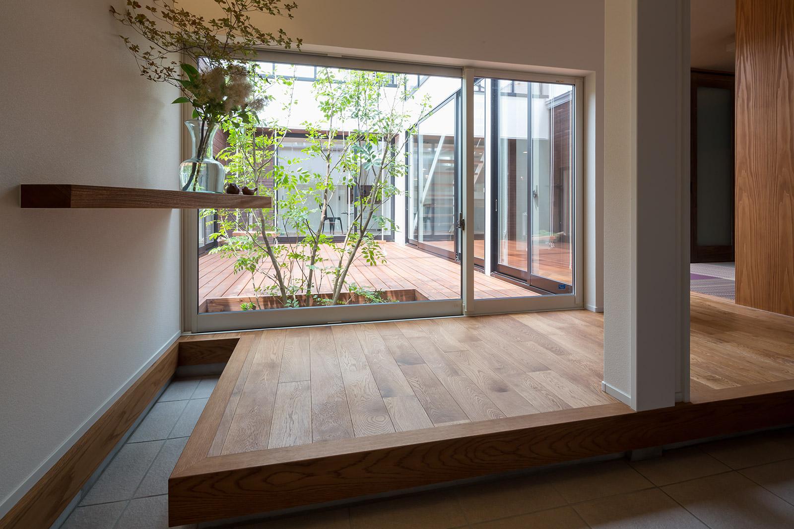 共有の玄関から室内に入ると中庭の緑が真正面で出迎える