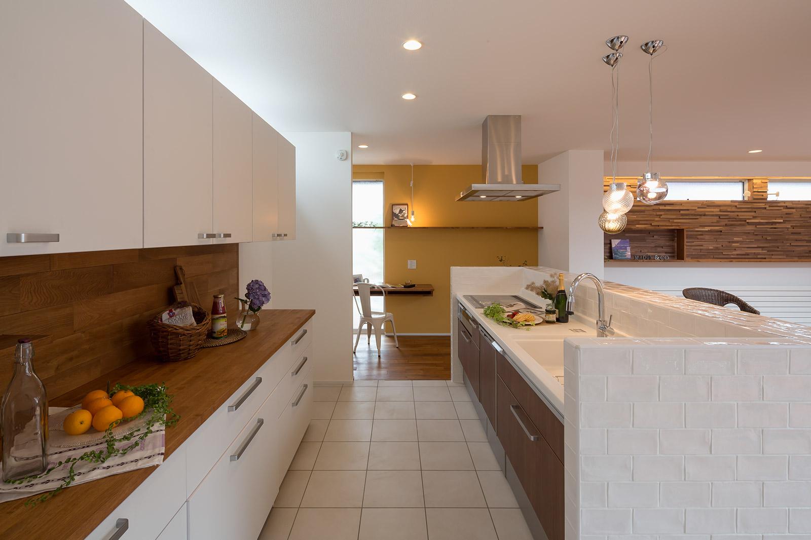 機能性も収納力も十分な1階キッチンは家族全員が使う団らんの要。奥には子どもたちの学習コーナーも