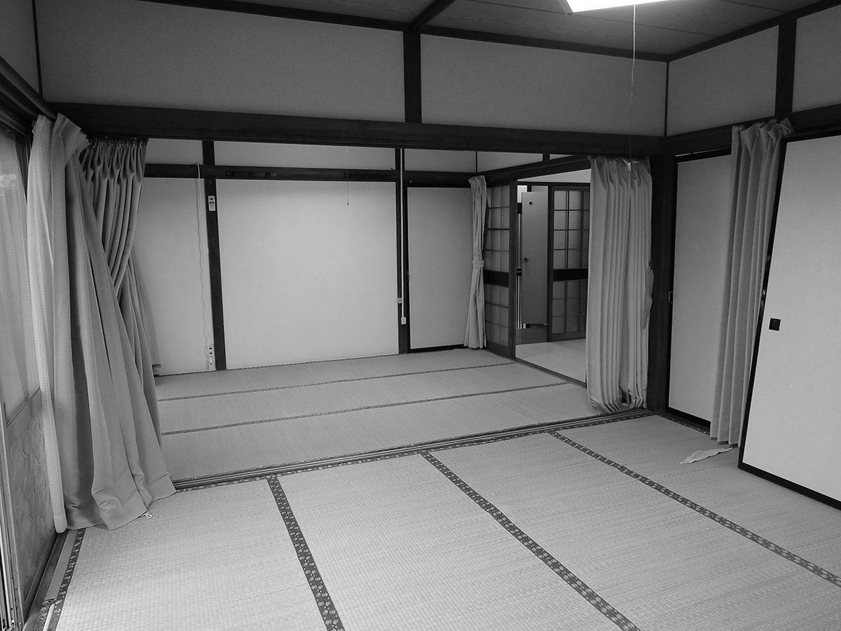Before。元の家は昭和40年に住宅供給公社で建てた建売の家で、3K仕様。昔ながらの団地だが、小学校まで徒歩5分、中学校まで徒歩3分と子育て世代にぴったりのエリアにある