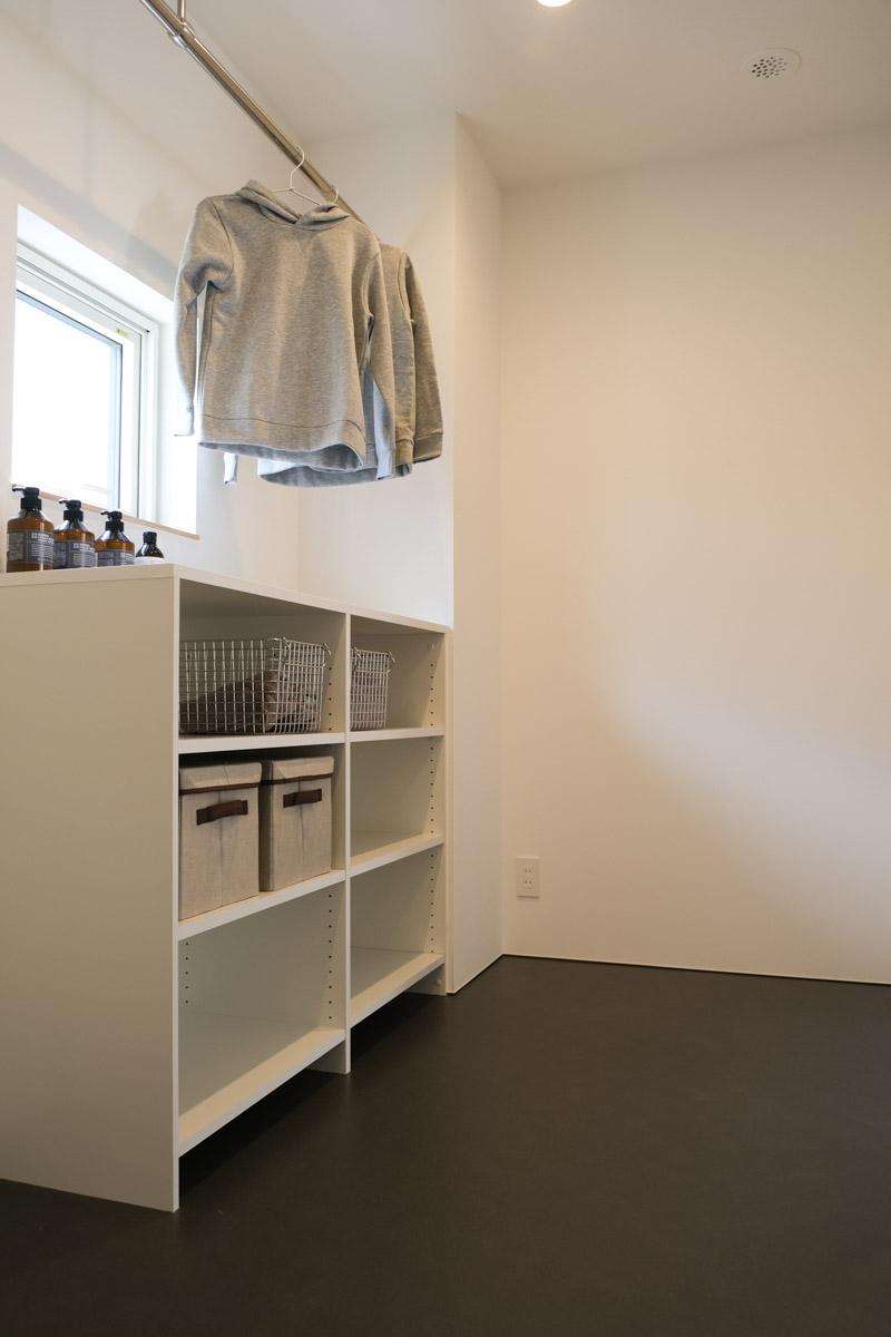 洗面スペースとは別に独立したランドリースペースを確保。室内干しも快適