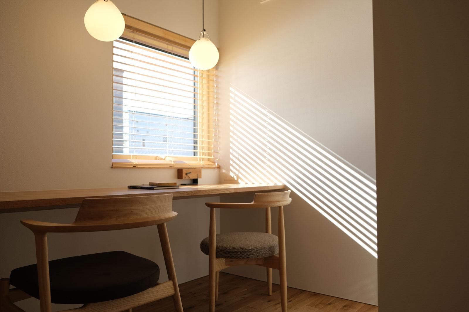 リビングの奥には、家族で使える書斎がある。造作カウンターの窓からは、中庭が見下ろせる。背面には造作書棚も設置