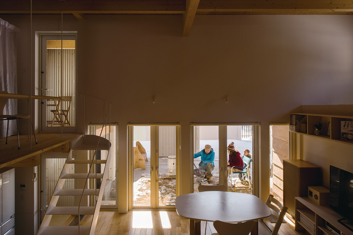 開口の内外に家族の憩いの場を設けることで、空間も暮らしの楽しみもぐんと広がったTさん宅