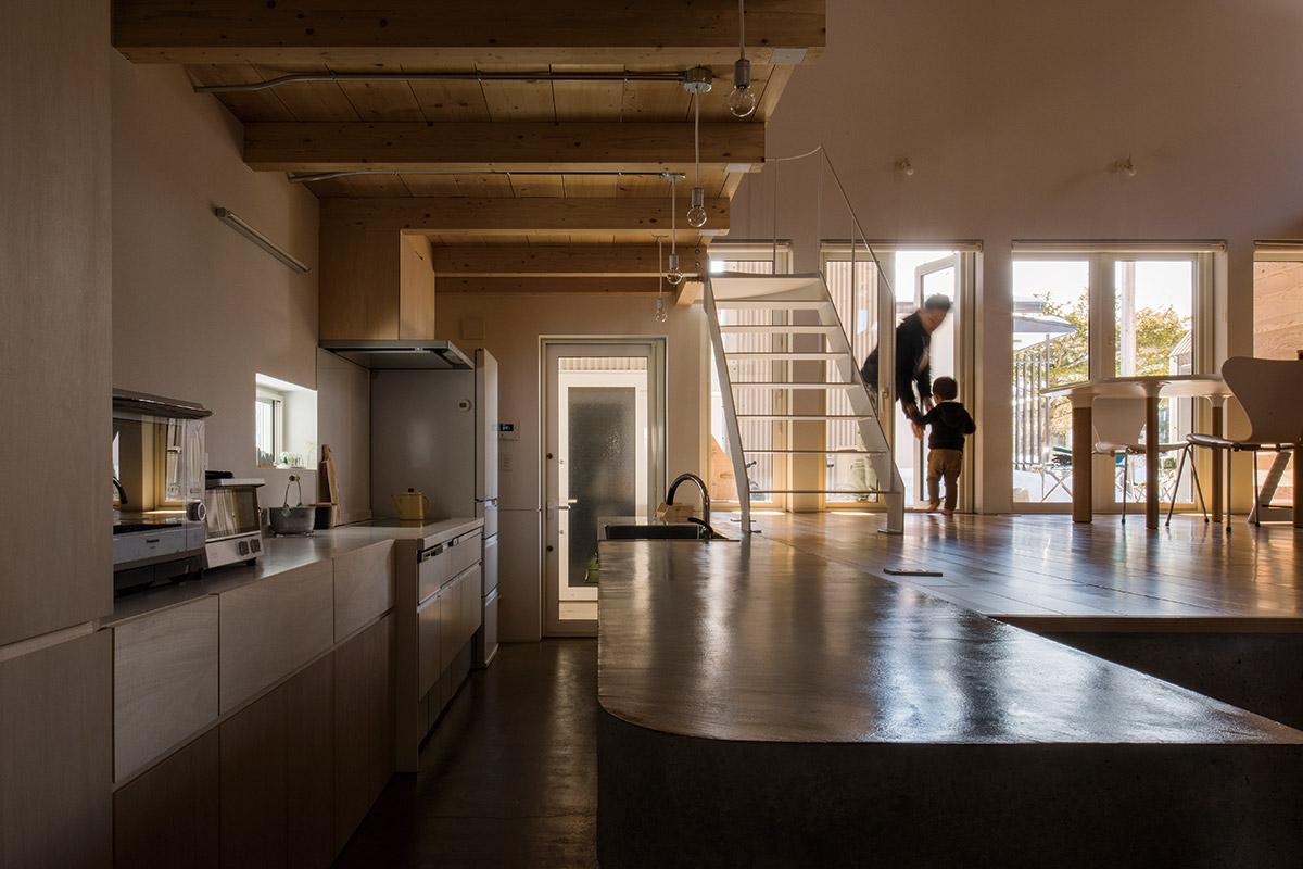 キッチンとリビングは、隣接するテラスへの動線を最短に。キッチン出入り口の正面は、造作物置