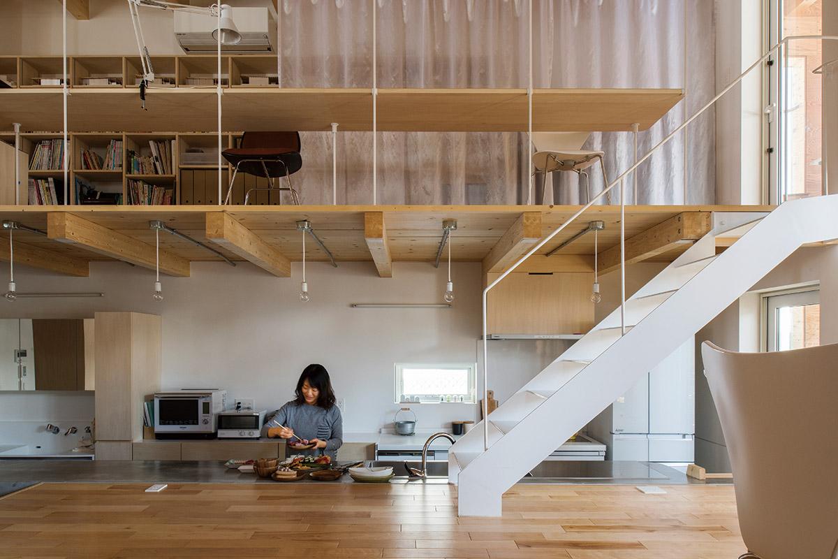 キッチンの上は、オープンなフリースペース。長いカウンターデスクは勉強スペースにもなる