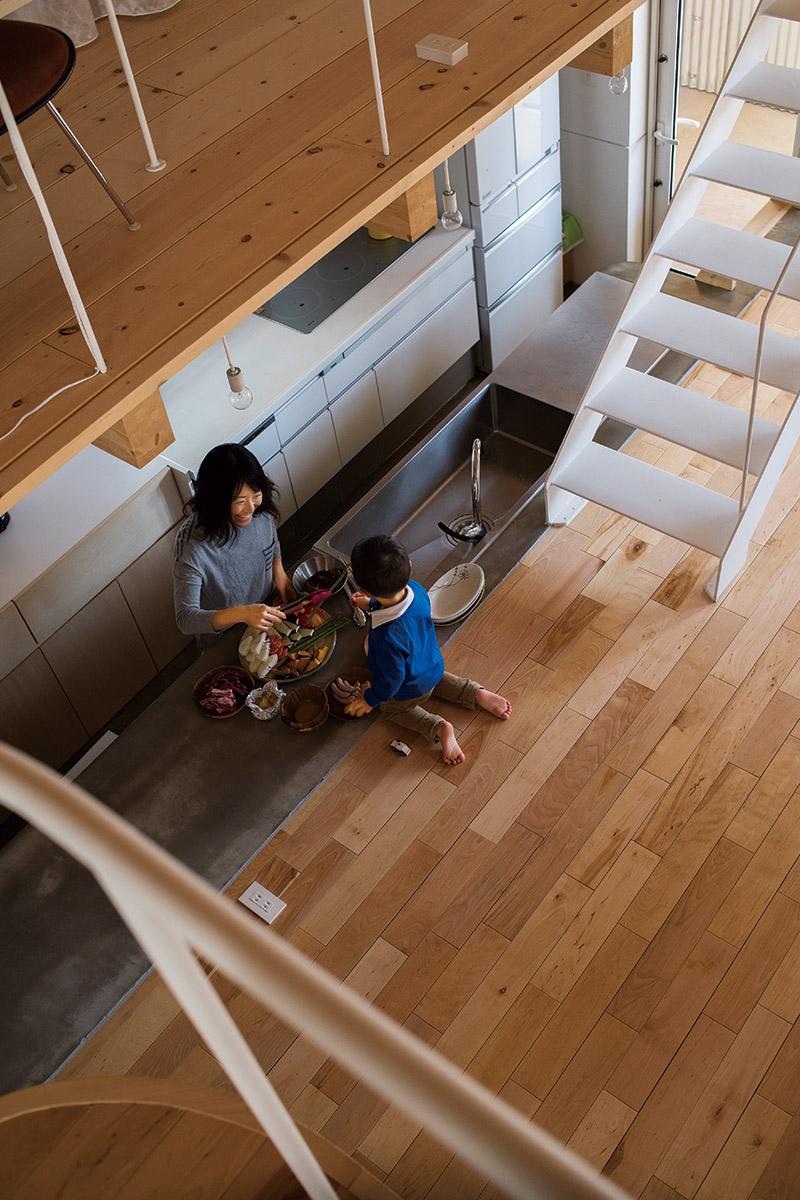 暮らしの中心に置いたキッチンが、奥さんの憧れだった。リビングの床レベルに合わせた絶妙な高さの造作作業台は、使い勝手もよい