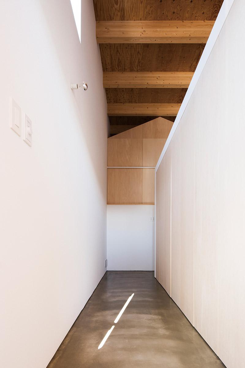 玄関からリビングへつながる通路には、容量たっぷりの造作壁式収納が設けられている