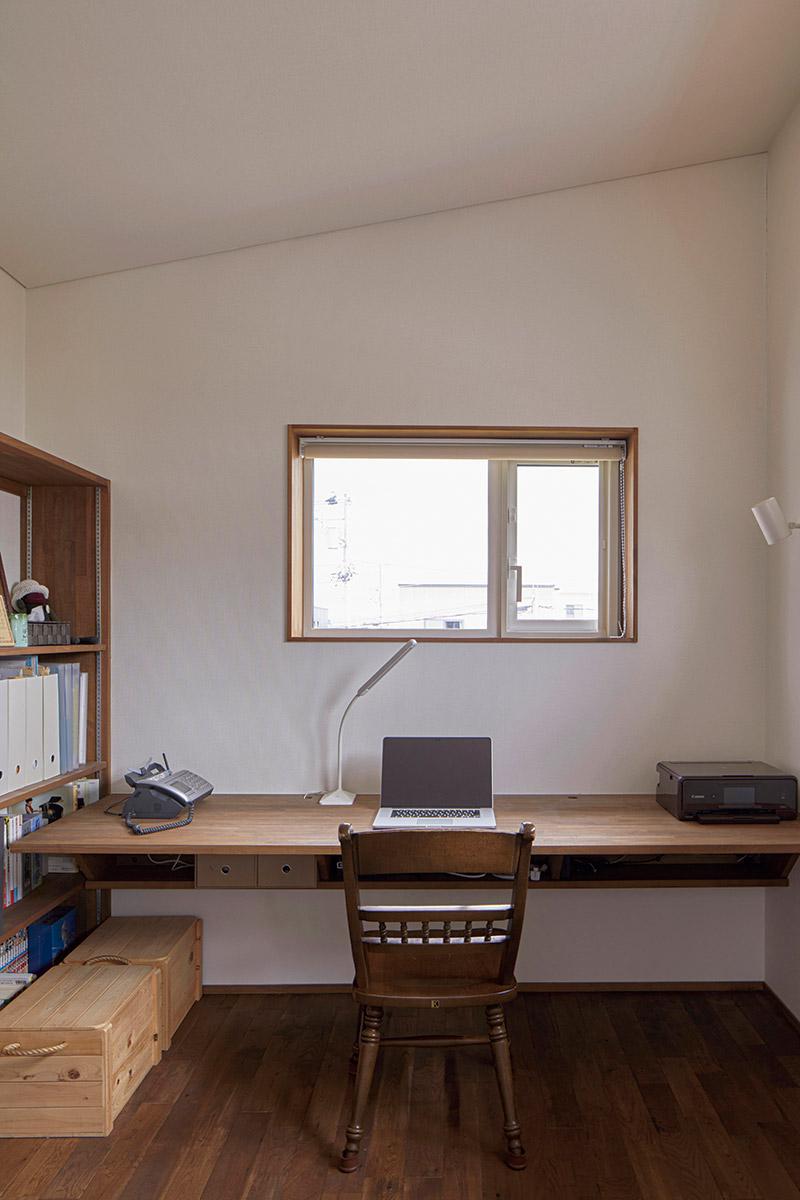 2階階段ホールの一角には、造作のカウンターと書棚を備えた書斎コーナーがある。将来は、子どもの学習スペースとしても活用する予定