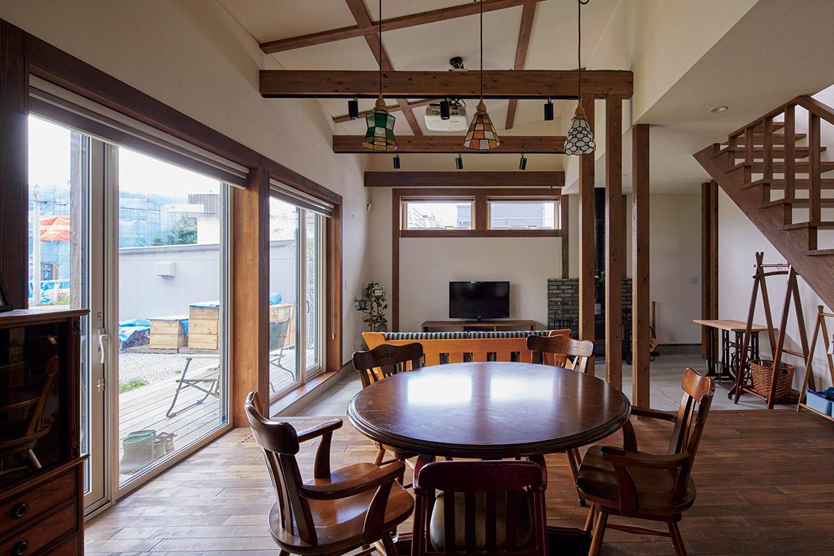 日本の伝統的なデザインの良さを生かした真壁造り風のリビング・ダイニング。床はナラ無垢材で、ダークブラウンの自然塗料を2度塗りし、落ち着いた雰囲気を演出した