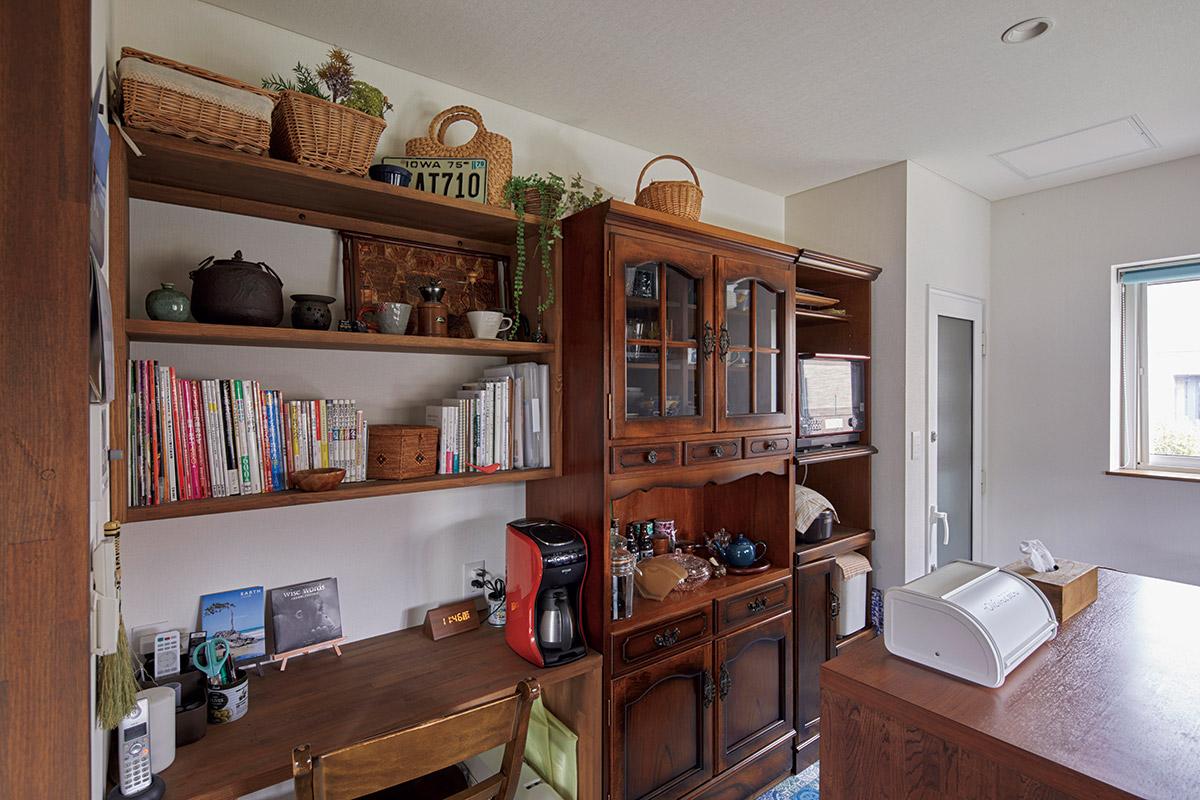 キッチンには、奥さんお気に入りのクラシックな食器棚に合わせて設えた家事コーナーも
