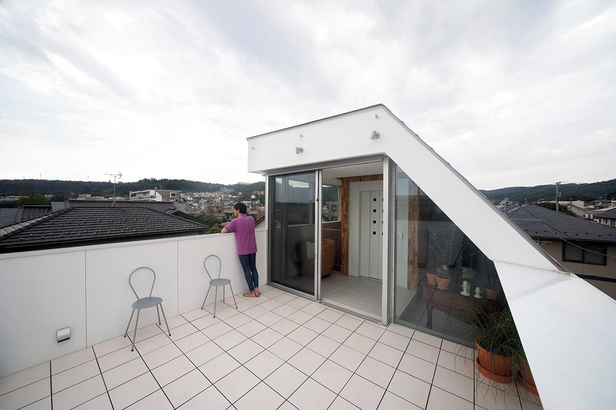 屋上のテラスは、ご家族の大切な居場所のひとつ。青葉山の稜線を見渡せ、夏には仙台七夕花火祭の花火を眺められる