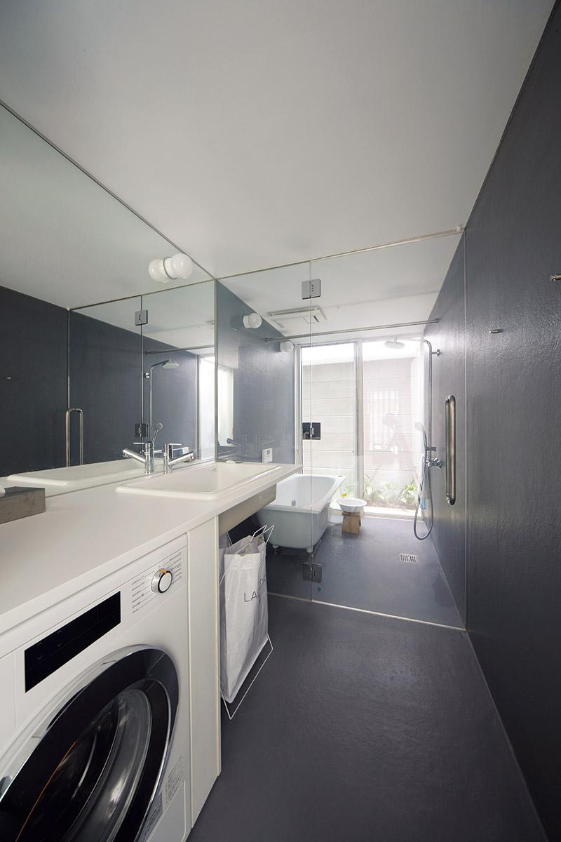 共用の浴室・洗面脱衣室は、ガラスの間仕切り壁を採用して空間に広がりを持たせている