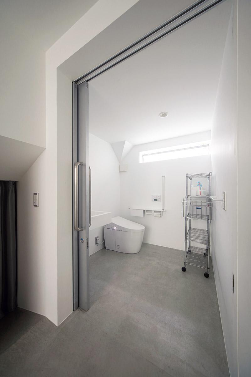 1階のトイレは車椅子でも利用しやすい広々とした設計。床材の土間コンクリートは傷や汚れがつきにくく掃除もしやすい