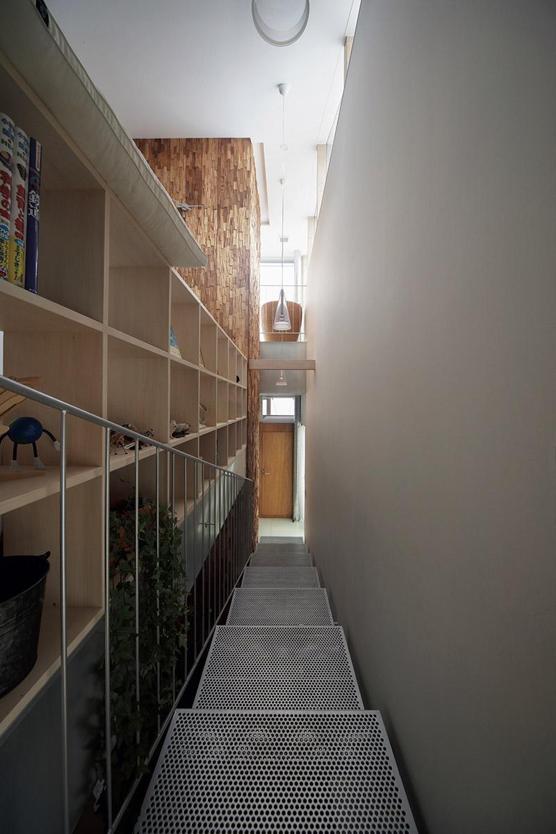 ご夫妻の寝室とサブリビング、子ども室につながる階段は、パブリック空間からプライベート空間に切り替わるアプローチだ